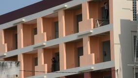 Здание строения деятельности работника тайских людей коммерчески в строительной площадке акции видеоматериалы