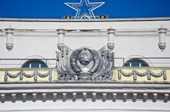 Здание с советской архитектурой и советскими атрибутами стоковые фото