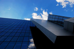 Здание с стеклянной стеной на небе Стоковая Фотография