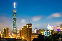 Здание Тайбэя 101 и город Тайбэя во время захода солнца на Тайване Стоковая Фотография RF