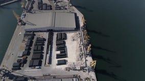Здание торгового дока моря с кранами с поднимающейся укосиной для moorage торговых суден на портовом районе моря видеоматериал