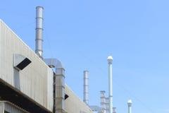 Здание фабрики и стог дыма Стоковое фото RF