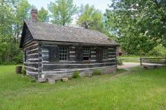 Здание школы бревенчатой хижины в верхней деревне Канады, Онтарио стоковые фото