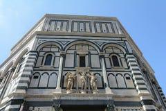 Здание Baptisperia украшено с барельеф, которые византийские мастеры работали дальше Главная достопримечательность Флоренс стоковая фотография rf