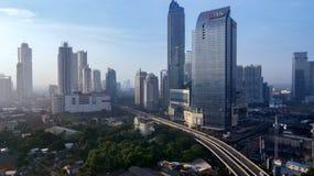 Здание DBS с шоссе в южной Джакарте стоковое фото