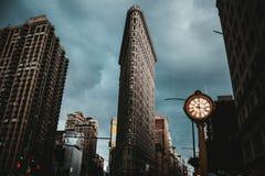 Здание Flatiron в Нью-Йорке сняло от низкого угла стоковая фотография rf