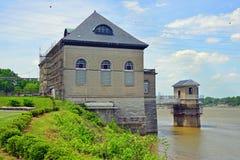 Здание Waterworks под восстановлением на крае реки Стоковое Изображение