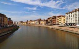 Здания вдоль реки Арно в Пизе, Италии Стоковая Фотография RF