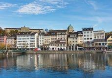 Здания вдоль реки Limmat в Цюрихе, Швейцарии Стоковое фото RF