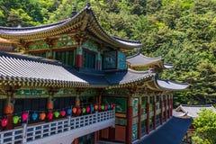 Здания внутри корейского буддийского виска сложного Guinsa во время фестиваля для того чтобы отпраздновать день рождения buddhas  стоковое изображение