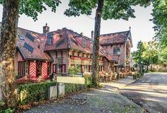 Здания в Haarzuilens принадлежа к Замку de Haar в традиционных heraldic цветах Стоковые Изображения