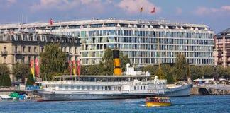 Здания города Женевы вдоль женевского озера Стоковые Изображения