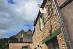 Здания и знак Франции-Noyers-Sur-Serein для Коута Serein Стоковое Изображение