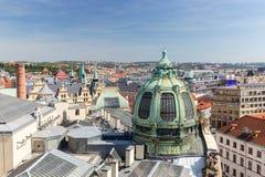 Здания и крыши осмотренные сверху в Праге Стоковые Фото