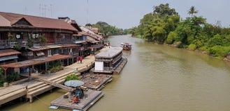 Здания и сплотки на береге реки Tachin на районе пыхтения Сэм, Suphan Buri в годе 2018 стоковые изображения