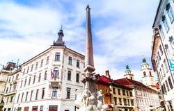 Здания и фонтан Histroic в Ljubljanica - Словении стоковое изображение