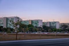 Здания на эспланаде Ministeries на заходе солнца - офисы министерства правительственных ведомств - Brasilia, Distrito федеральное стоковые изображения rf