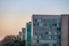 Здания на эспланаде Ministeries на заходе солнца - офисы министерства правительственных ведомств - Brasilia, Distrito федеральное стоковые фото