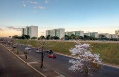 Здания на эспланаде Ministeries на заходе солнца - офисы министерства правительственных ведомств - Brasilia, Distrito федеральное стоковые изображения