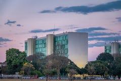 Здания на эспланаде Ministeries на заходе солнца - офисы министерства правительственных ведомств - Brasilia, Distrito федеральное стоковые фотографии rf