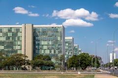 Здания на эспланаде Ministeries - офисы министерства правительственных ведомств - Brasilia, Distrito федеральное, Бразилия стоковое изображение
