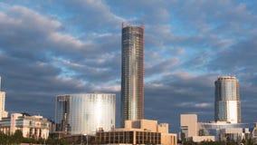 Здания небоскреба и timelapse взгляда неба Современное здание с облаком в вечере Стоковое Фото
