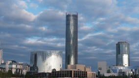 Здания небоскреба и timelapse взгляда неба Современное здание с облаком в вечере Стоковые Фото