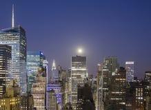 Здания Нью-Йорка загоренные лунным светом стоковая фотография