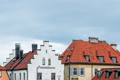 Здания с красной крышей в visby Швеции Стоковое Изображение