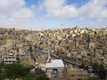 Здания Amman's белые и йорданський флаг стоковые изображения