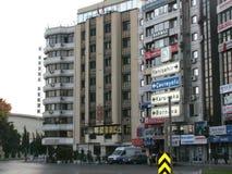 Здания izmir с дорожным знаком стоковое фото rf