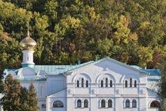 Здания Sviatohirsk Lavra на фоне малая высокой стоковая фотография