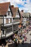 Здания Tudor в улице Eastgate. Честер. Англия Стоковое Изображение RF