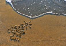 Здесь приходит знак пляжа солнца стоковые изображения