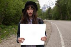 здесь текст ваш Перемещение и заминк-пешая концепция Портрет счастливой милой молодой женщины стоя с пустым пробелом стоковая фотография rf