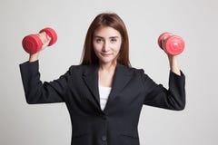 Здоровая азиатская бизнес-леди с гантелями Стоковое Фото