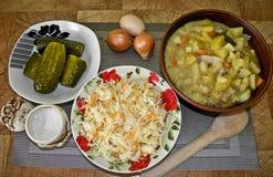 Здоровая вкусная еда, потушенные картошки от печи, и закуска стоковое изображение