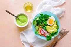 Здоровая еда вытрезвителя служила в шаре, взгляде сверху Стоковое Фото