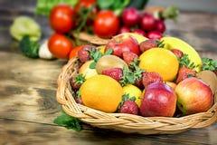 Здоровая еда, здоровая еда, здоровое питание - органический фрукт и овощ Стоковые Изображения