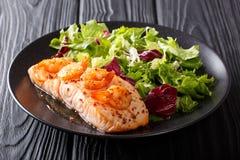 Здоровая еда: Испеченное salmon филе с креветкой и свежим салатом Стоковые Изображения RF