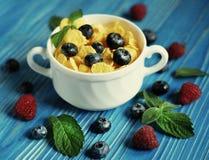 Здоровая еда, еда и концепция диеты - корнфлексы с полениками и голубиками ягод стоковые изображения