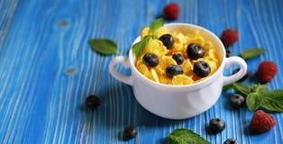 Здоровая еда, еда и концепция диеты - корнфлексы с ягодами стоковая фотография rf