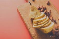 Здоровая еда, предпосылка плодоовощ, отрезала грушу Стоковые Изображения