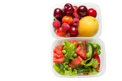 Здоровая еда, сваренная в контейнерах, овощах и плодах изолированных на белой предпосылке стоковая фотография rf