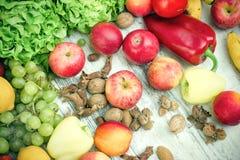 Здоровая еда, здоровая еда - свежие органические фрукты и овощи Стоковое фото RF