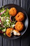 Здоровая еда: Торт трески рыб и свежий конец-вверх салата на plat стоковая фотография