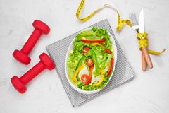 Здоровая еда фитнеса с свежим салатом диетпитание принципиальной схемы Стоковые Изображения