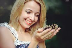 Здоровая женщина Девушка модели лета красоты с яркими конусами lsnovye цветков отдых стиля Красивая белая дама усмехается S Стоковые Фотографии RF