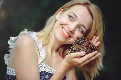 Здоровая женщина Девушка модели лета красоты с яркими конусами lsnovye цветков отдых стиля Красивая белая дама усмехается S Стоковая Фотография
