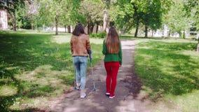 Здоровая женщина и друг со сломанной ногой идя совместно видеоматериал